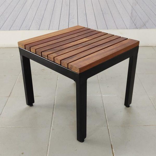 Mesa lateral de madera y acero para exterior- arkideck